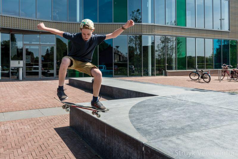 Muzieknoot van beton jongen op skateboard