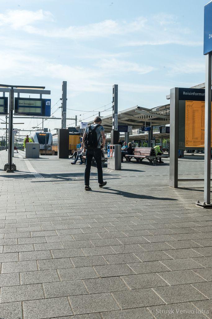 Groen uitgewassen bestrating op perron straatstenen beton