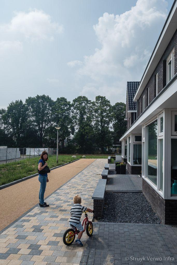 Mixbestrating in een woonwijk exclusieve betontegels