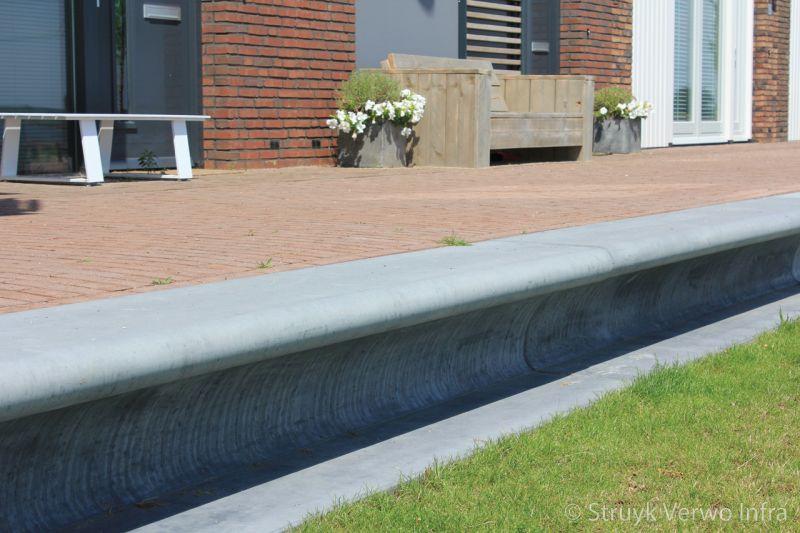 Zitbanken van beton voor woning