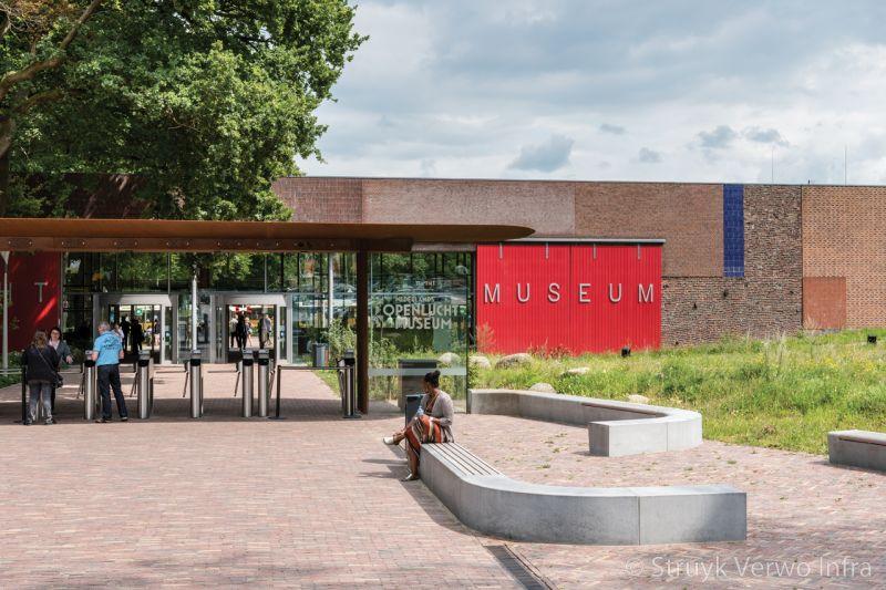 Betonnen zitelement voor ingang museum
