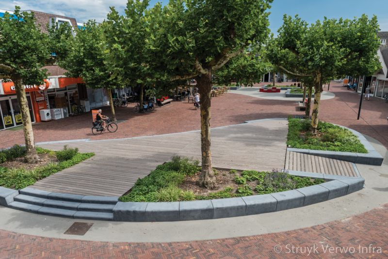 Betonnen parkbanden op plein in dongen groenvakken