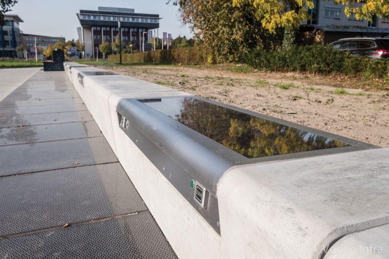 Slagvast zonnepaneel met rvs frame in betonnen zitbank duurzame energie met buitenmeubilair