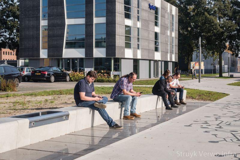 Betonnen zitbanken met ingebouwd zonnepaneel flow of innovation enschede