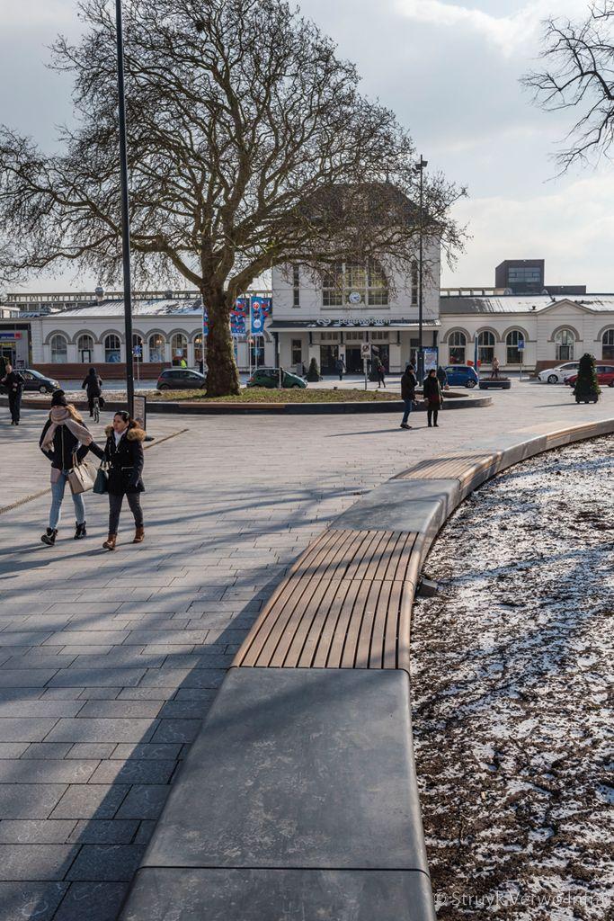 Parkbanden van beton met houten zitting