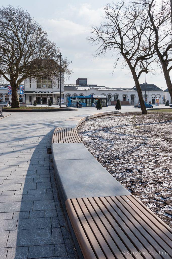 Betonnen parkbanden met houten zitting rondom stationsgebied leeuwarden