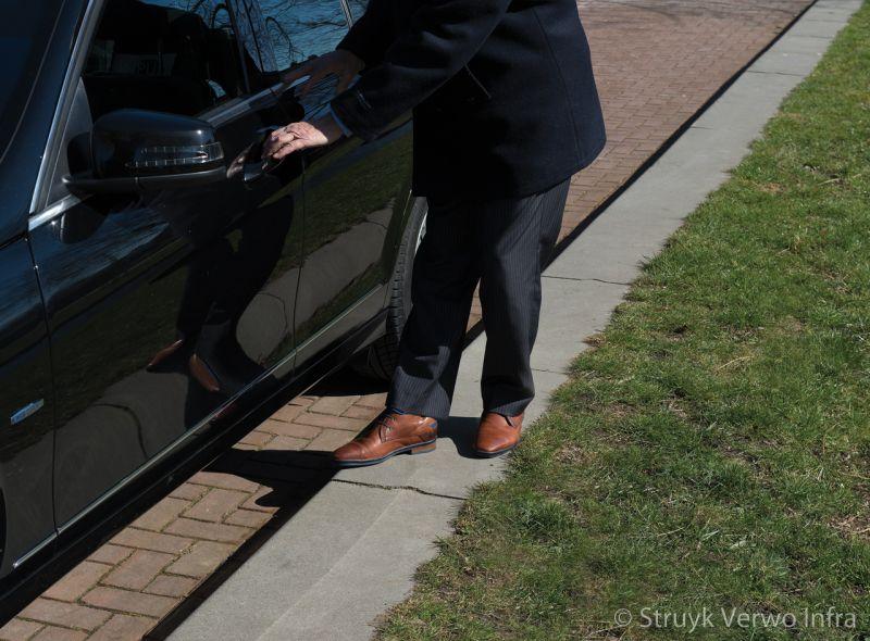 Uitstapband dr j m den uylsingel alphen aan den rijn trottoirband 38 40 brede band naast geparkeerde auto