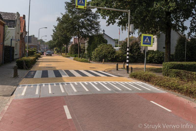Oversteekplaats met stille straatstenen in dorpskern