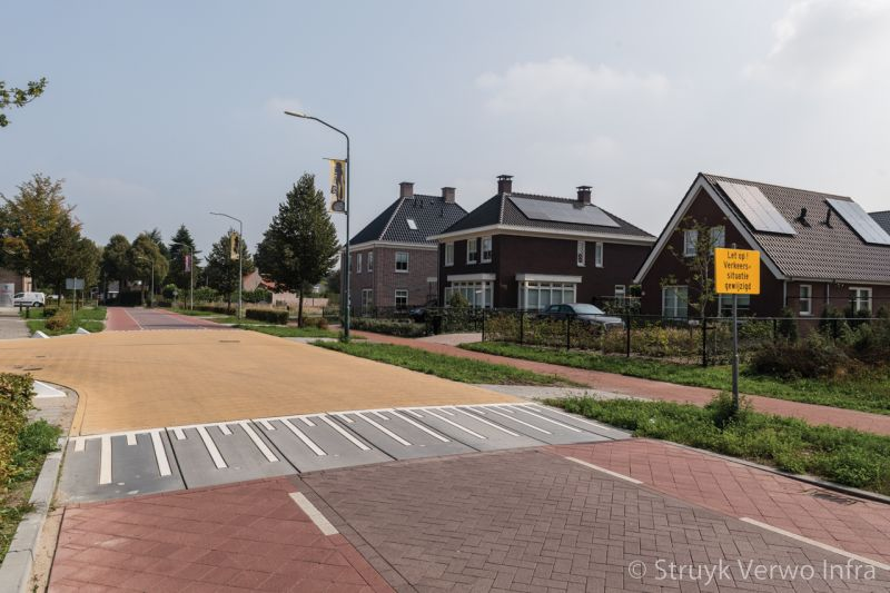 Verkeersplateau met stille straatstenen