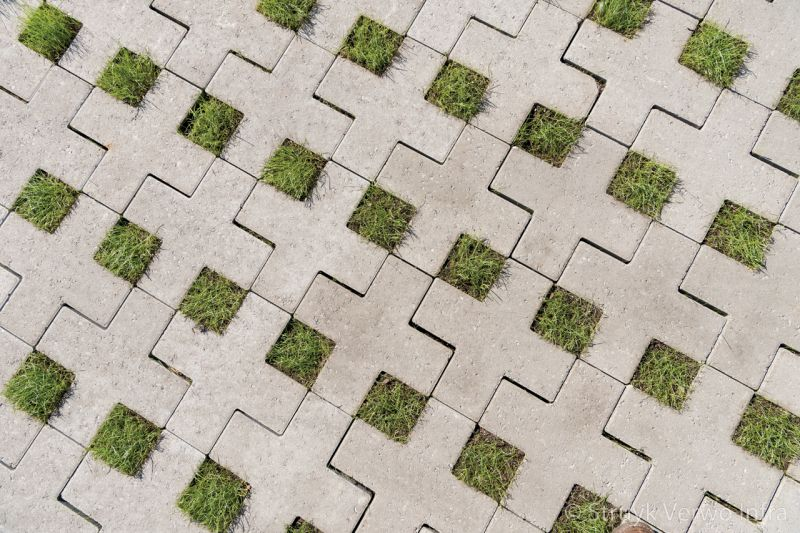 Vierkant kruis van beton in groenbestrating