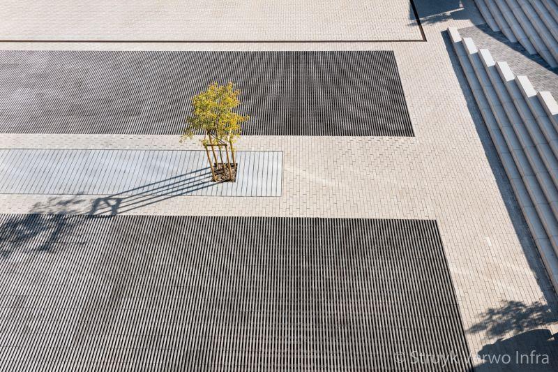 Boomspiegel van beton op schoolplein