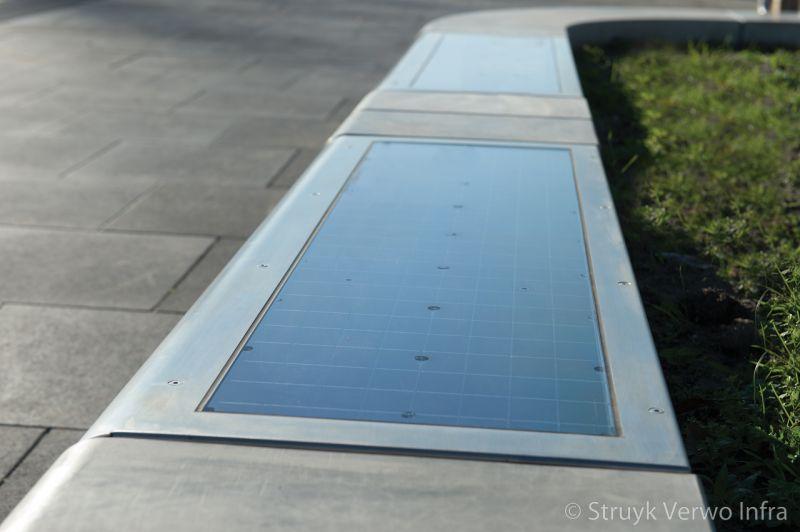 Zonnepaneel in een betonnen bank