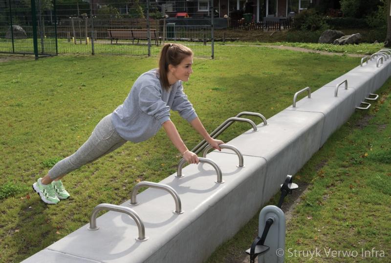 Bootcamp met rvs beugels in betonnen banken