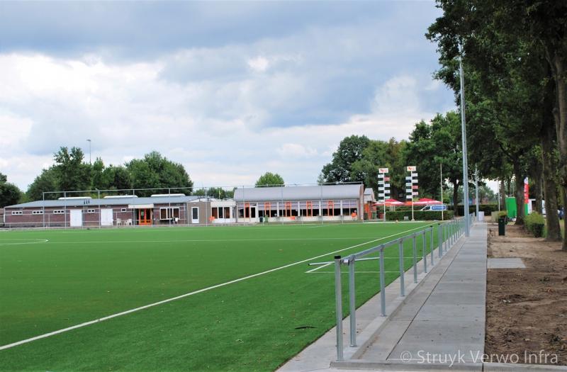 Verharding rondom sportveld infill barrier sportvelden