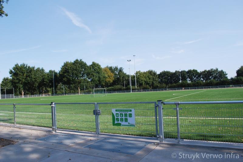 Schoonlooprooster infill barrier sportvelden