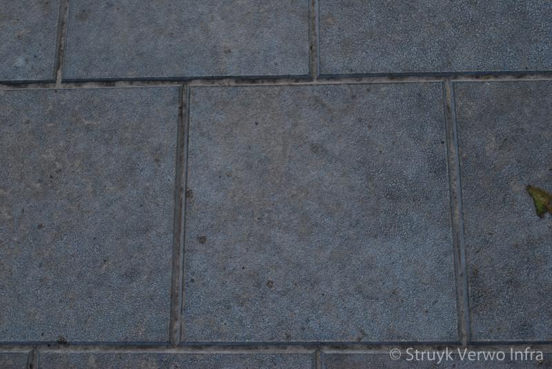 Tegelmotief in een vloerplaat veldwachterspad