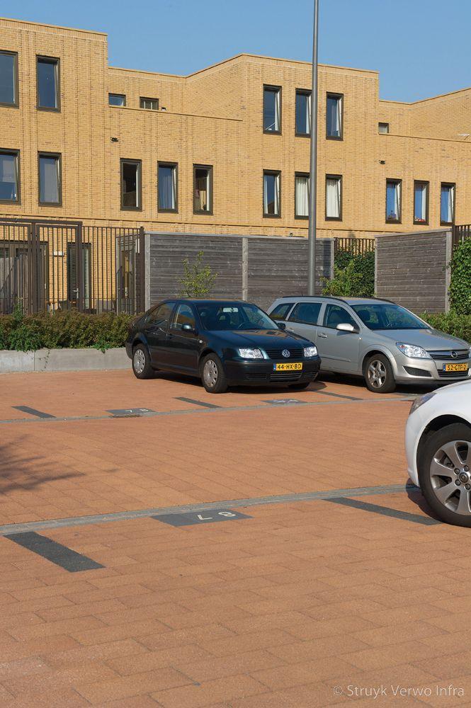 Oranje bestrating op parkeerplaats