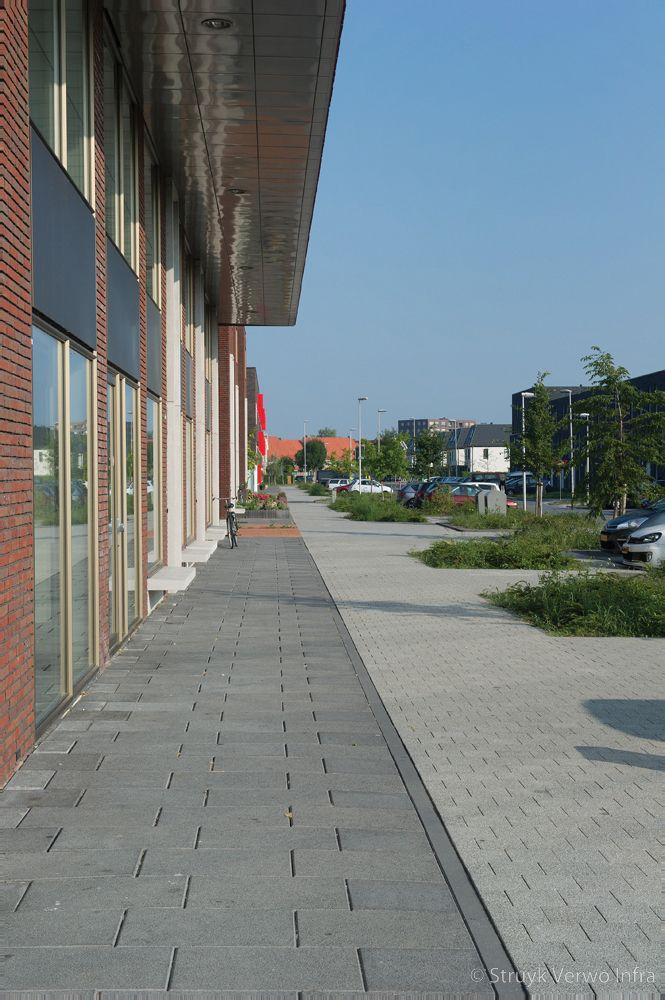 Grijs en zwarte uitgewassen bestrating op trottoir nieuwbouwwijk helsinkihaven in purmerend