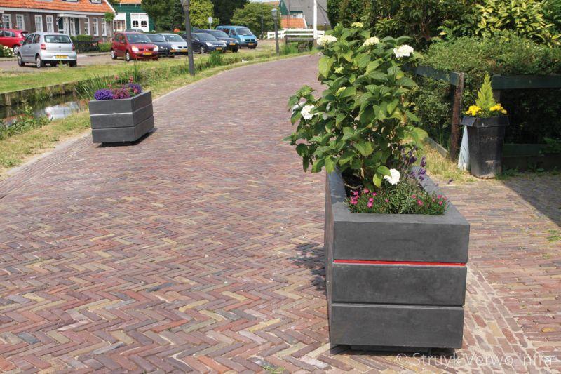 Bloembakken van beton op straat verkeersremmende maatregel