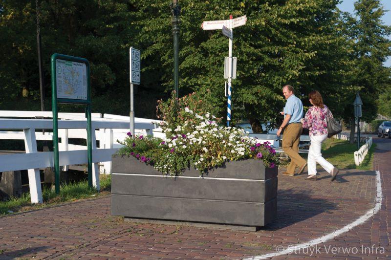 Avenue bloembakken in monnickendam aanrijbeveiliging beton plantenbak