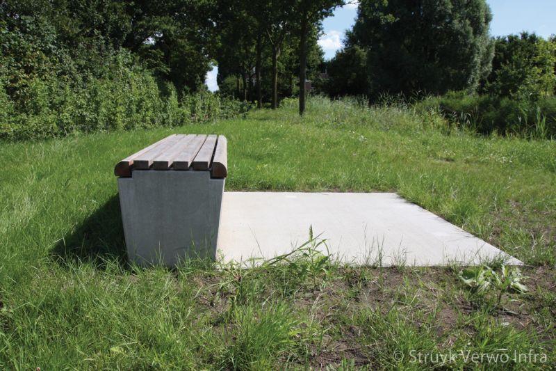 Zitelement aan de fietssnelweg parkbank beton zitbanken beton buitenmeubilair
