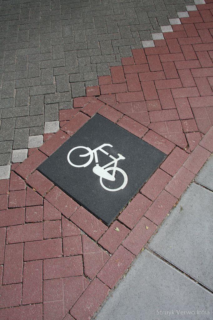 Symbooltegel met fiets hoofdweg met fietsstrook keperverband