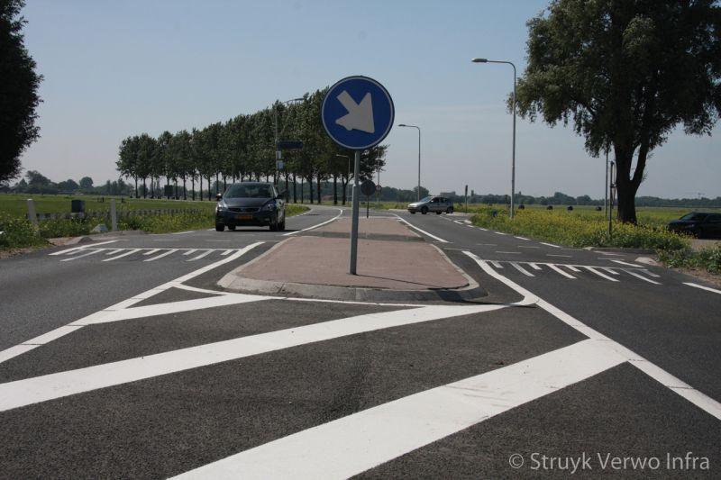 Kruispunt provinciale weg verkeerseiland