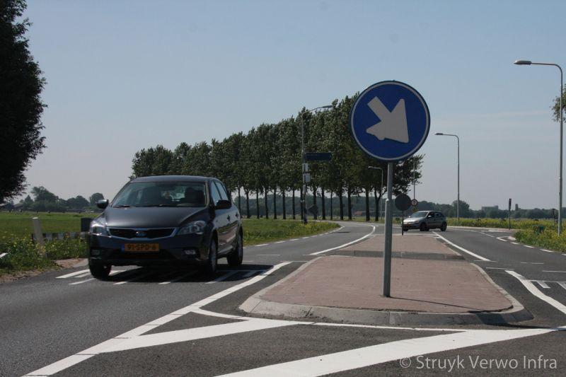 Kruispunt provinciale weg verkeersplateau